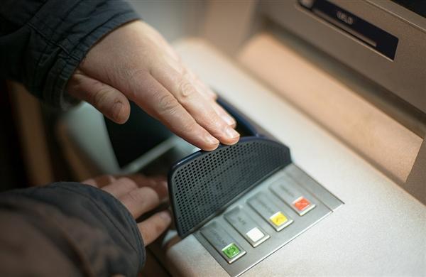 厉害了黑客!黑美国ATM机自动吐钞635万 随意拿插图