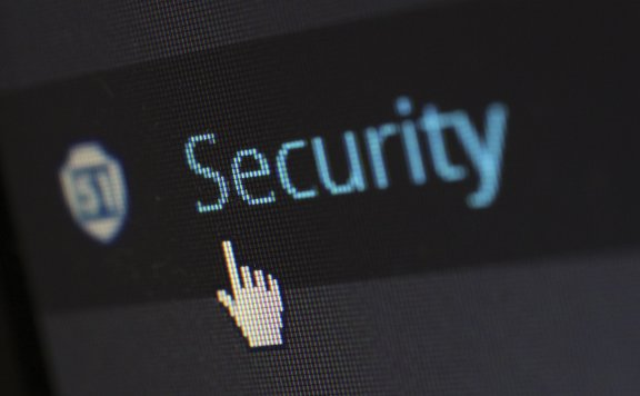 黑客入侵100多个网站并跳转赌博网站被判刑